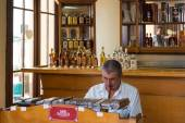 Cigar roller in the House of the Cuban cigar — Stock Photo