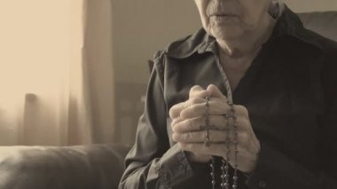 Old lady praying to God — Stock Video