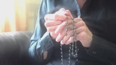 Vieille dame priant Dieu — Vidéo