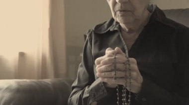 Old lady praying to God — Стоковое видео