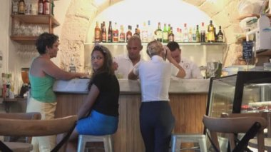 Private restaurant operating in Old Havana — Stock Video