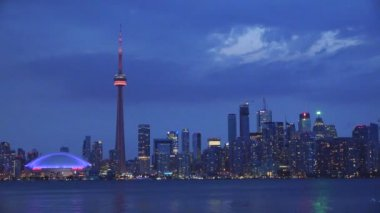 Toronto Skyline in der Dämmerung von der Inselmitte — Stockvideo