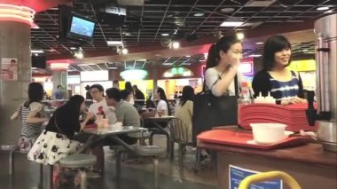 People enjoying mid day break. — Stock Video