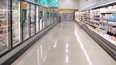 Dairy and fozen food corridor in PriceSmart Foods. — Stock Video