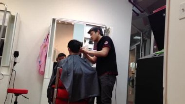 Men having an haircut in a hairdressing salon — Stock Video