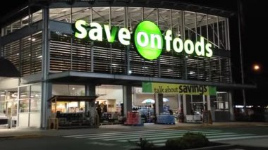Save on foods at night scene — Stock Video