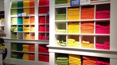 Stack of color towels on display. — Vídeo de stock
