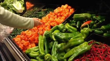 Woman selecting fresh habanero in grocery store — Stock Video