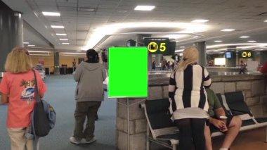 Luchthaven terminal met groene advertentie bestuur in vancouver bc canada. — Stockvideo