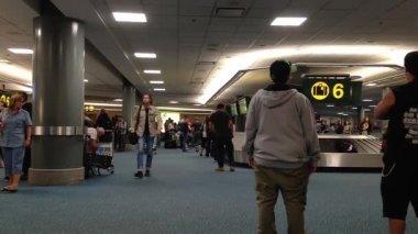 Vnitřní yvr letiště zavazadel se zavazadly točí kolem dopravníku. — Stock video
