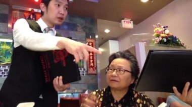 Gente pidiendo comida en restaurante chino — Vídeo de Stock