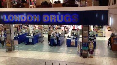Eine Seite des London Drogen innen Einkaufszentrum — Stockvideo