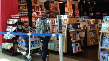 People browsing at bookstore inside YVR airport — Stock Video