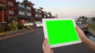 Une femme tient une tablette vierge avec un écran vert pour votre propre contenu personnalisé. — Vidéo