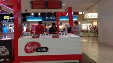 People asking Virgin sales clerk about cellphone plan — Vídeo de stock