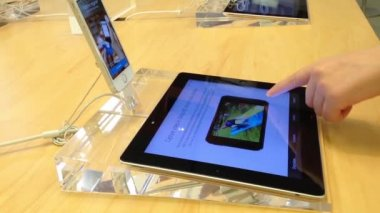 Woman browsing iphone 5s information at Apple store in Coquitlam Center Mall — Stock Video