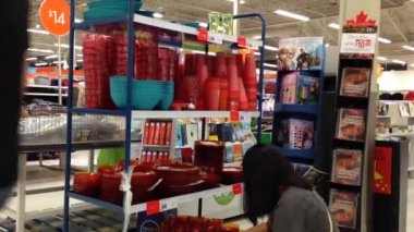 Customer buying stuff inside superstore — Wideo stockowe