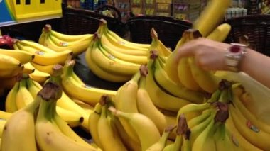 Woman selecting banana in grocery store — 图库视频影像