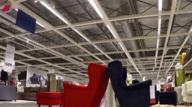人々 は彼らの ikea の店の内部の家具のショッピング — ストックビデオ
