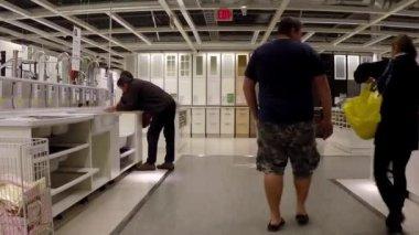 顧客 Ikea 洗面台・ ショッピング ストアします。 — ストックビデオ