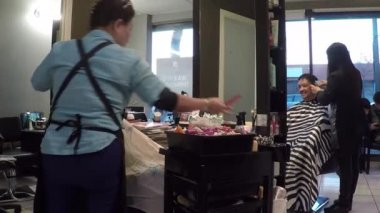 People having an haircut in a hairdressing salon — Stock Video