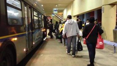 Människor line up för väntande buss — Stockvideo