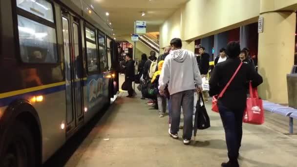 Gente hace cola para esperar autobuses — Vídeo de stock