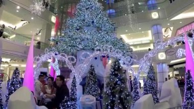 People lined up to take a picture with santa claus inside shopping mall — Stock Video