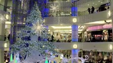 One side of shopping mall with Christmas light was decorated full of building. — Stock Video