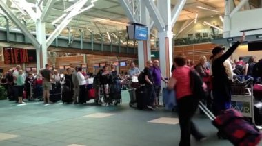Passengers long line up for waiting check in counter at YVR airport — Stock Video