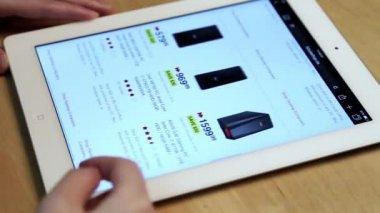 Vrouw winkelen nieuwe computer van Futureshop website op ipad weergeven — Stockvideo
