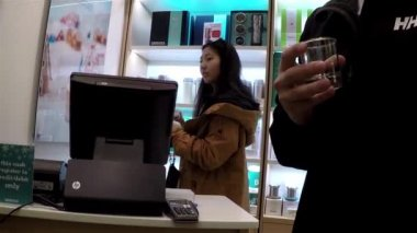 Woman buying tea inside Burnaby shopping mall with wide angle shot — Stock Video