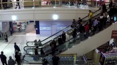 Busy escalators in Coquitlam center shopping mall with wide angle shot — Stock Video