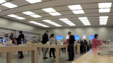 Time lapse of people buying new iphone inside Apple store — Stock Video