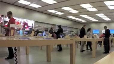 Time lapse of people buying new iphone inside Apple store — Wideo stockowe
