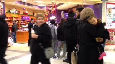 People line up for buying ice cream during Christmas shopping season time — Stock Video