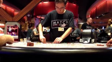 People playing balck jack table game inside starlight casino. — Stock Video