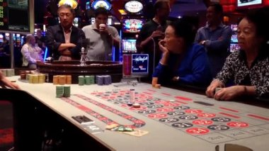 People playing roulette in casino with soft focus — Stock Video