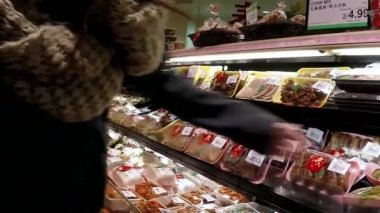 Woman picking food to buy in a Chinese supermarket — Stock Video