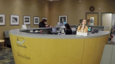Dentist reception station inside Burnaby shopping mall — Stock Video