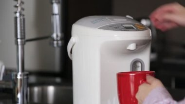 Business woman pushing hot water button on electric thermo pot for drinking coffee — Stock Video