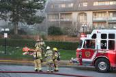 Firefighter crews battling apartment complex fire — Stock Photo