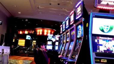 One side of people playing slot machine inside Hard Rock Casino — Vídeo de Stock