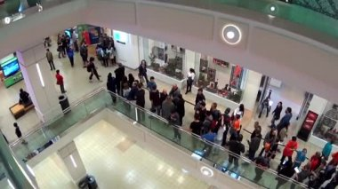 People line up for waiting celebrity photograph with wide angle camera shot — Stock Video