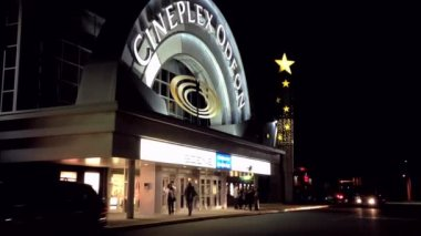 Night view of cineplex odeon theater in pitt meadows — Stock Video