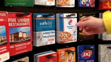 Man picking twenty five dollar the domino's pizza gift card — Stock Video