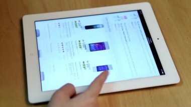 Woman shopping new cellphone of Futureshop website on ipad display — Stock Video