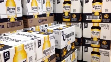 Shoppers buying corona extra beer inside BC liquor store — Stock video