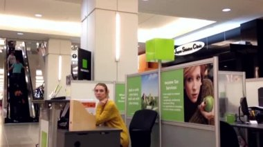 One side of H&R Block booth inside shopping mall — Stock Video
