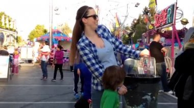People having fun at the West Coast Amusements Carnival — Stok video
